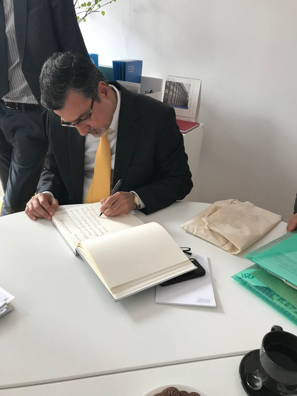 Alaa Abo Al Hassan Esmail - Naczelny Dyrektor Biblioteki Narodowej i Archiwum Iraku wpisuje się do księgi pamiątkowej NAC