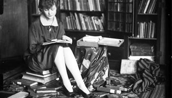 kobieta czytająca książkę - fotografia z zasobu NAC