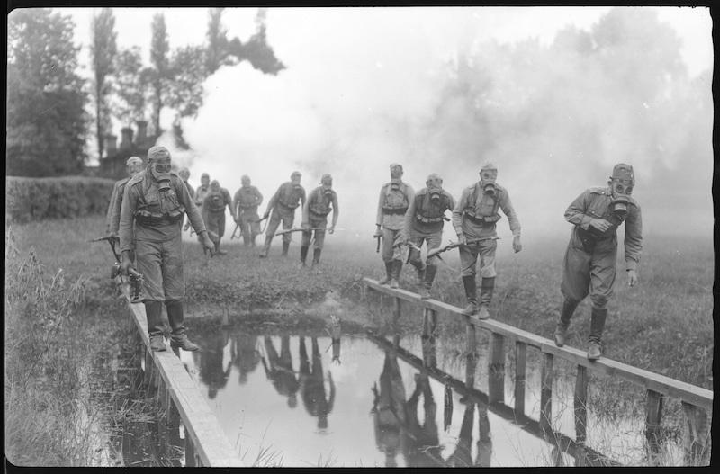 żołnierze z maskami gazowymi