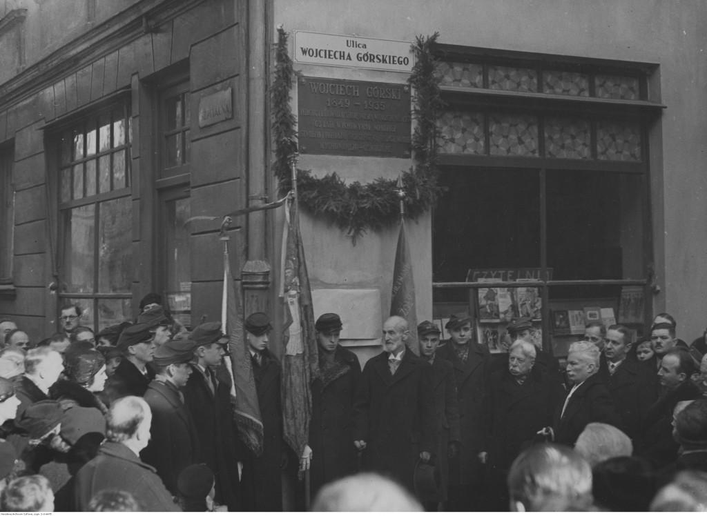 Warszawa. Uroczystość przemianowanie ulicy Hortensji na ulicę Górskiego. Widoczna tablica pamiątkowa umieszczona w ścianie kamienicy u zbiegu ulicy Górskiego i Szpitalnej, 1936