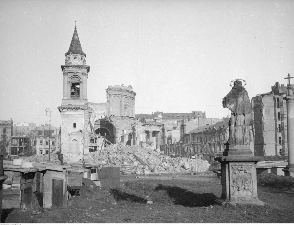 Plac Trzech Krzyży - widok w kierunku północnym. Na pierwszym planie widoczna figura św. Jana Nepomucena. W głębi widoczne ruiny kościoła św. Aleksandra, 1945