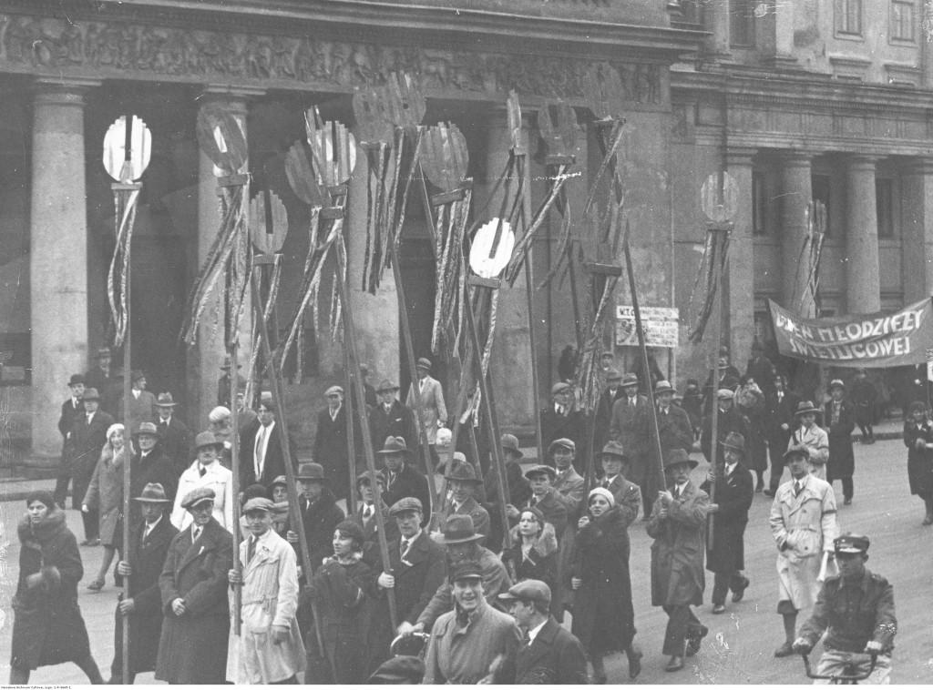 Obchody Dnia Świetlicowego w Warszawie. Fragment pochodu na placu Teatralnym, 1931