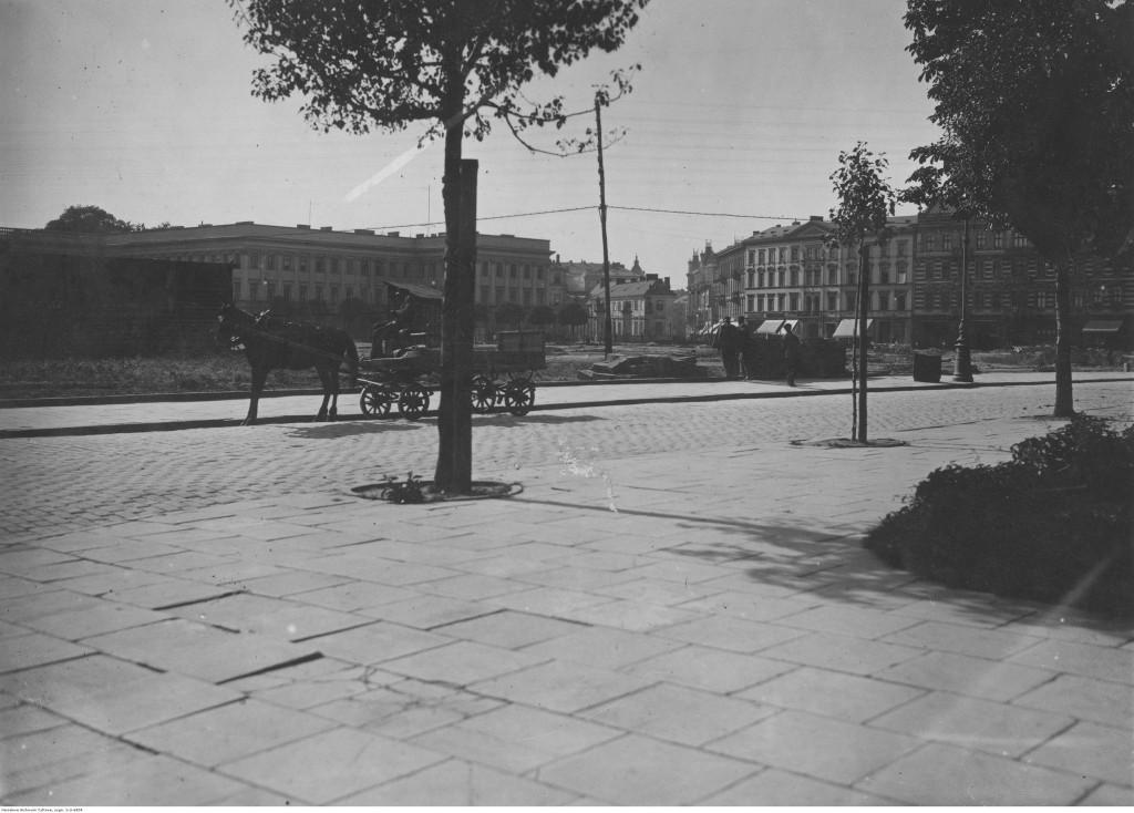 Plac Saski po rozbiórce dawnego Soboru. Widoczny wóz konny