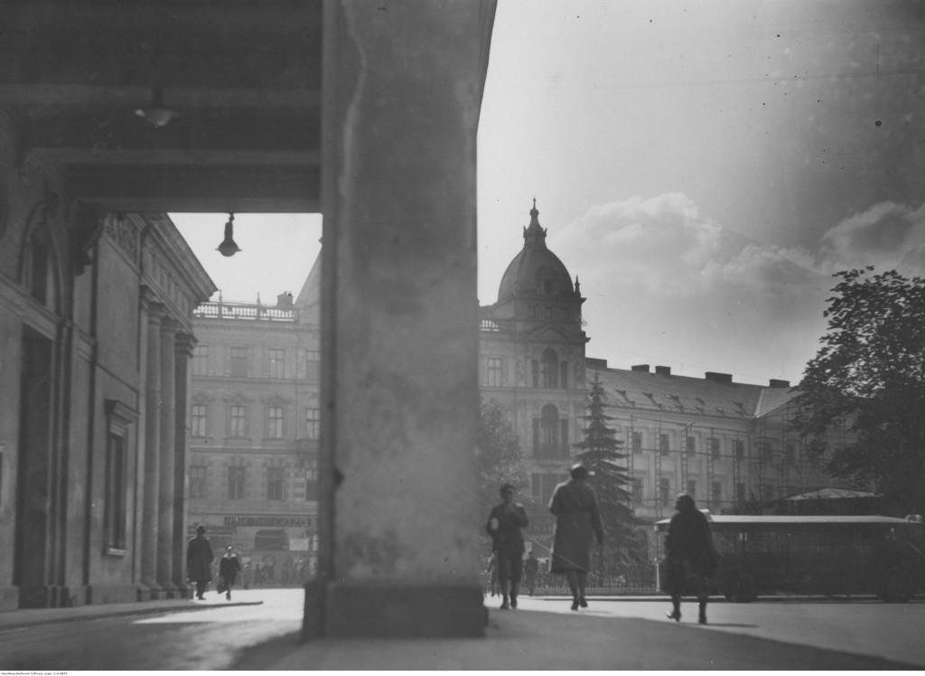 Plac Teatralny. Na pierwszym planie wejście do Opery, w głębi dom przy ulicy Wierzbowej, 1931