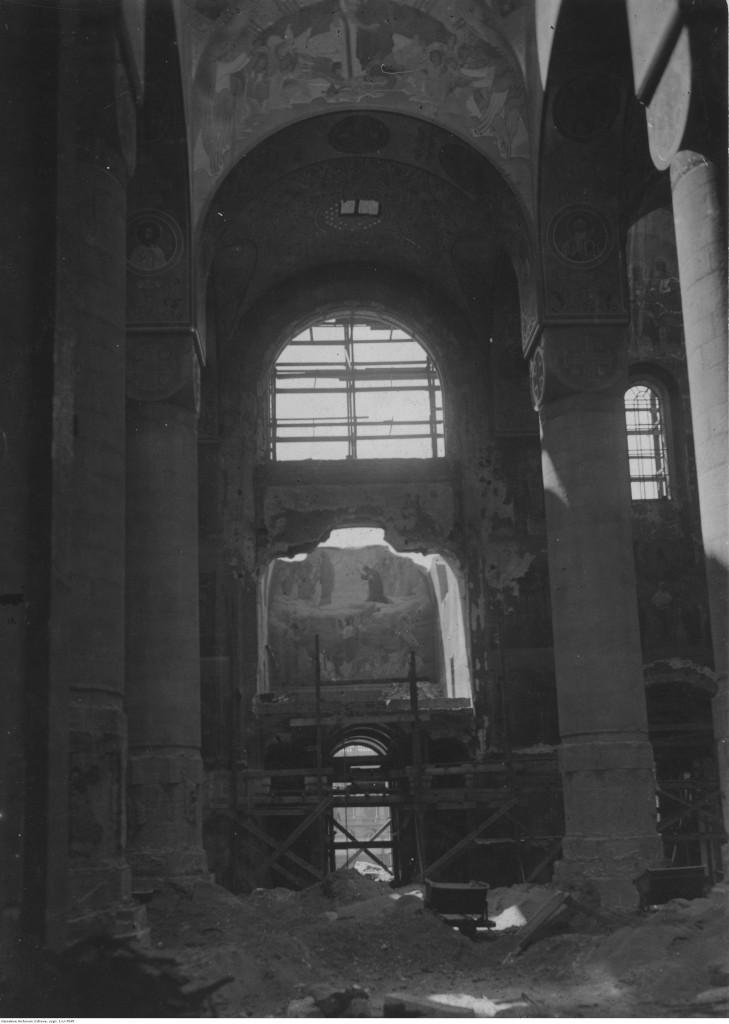 Wnętrze burzonego soboru, 1925