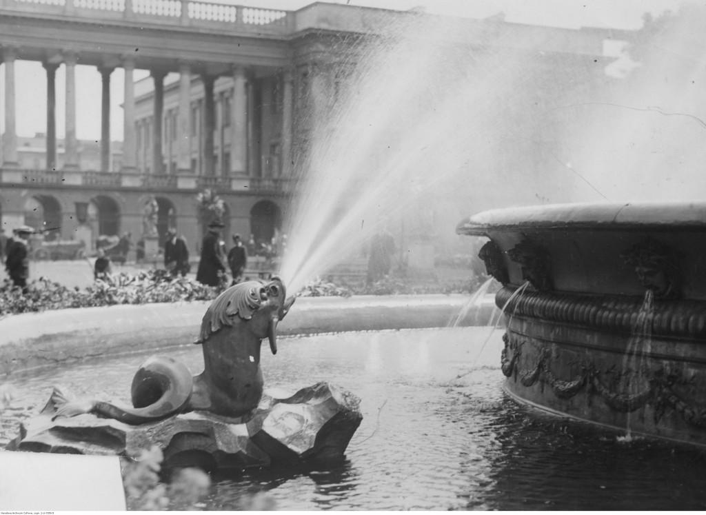 Ogród Saski. Widoczna fontanna. W tle pałac Saski