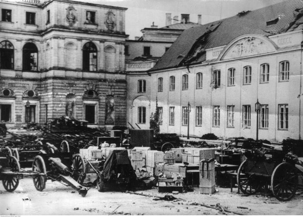 Zdobyta przez Niemców broń i amunicja polska na dziedzińcu Pałacu Bruhla, 1939