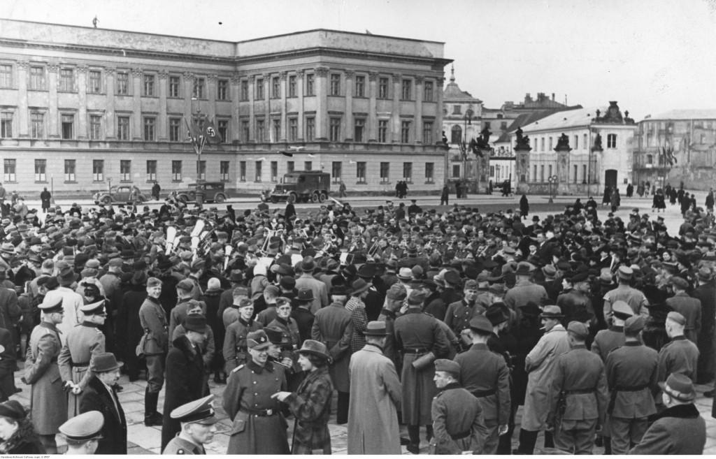 racia Bolesław i Józef Adamowiczowie przemawiają do tłumu z balkonu Ratusza na placu Teatralnym, 1934