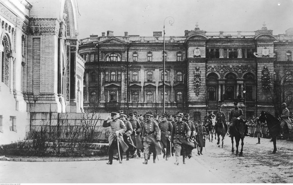 Naczelnik Państwa z grupą oficerów na placu Saskim w Warszawie, ok. 1919-1925