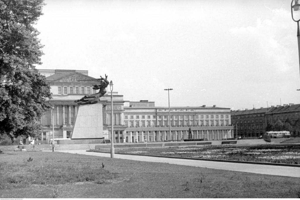 Widok na południową stronę placu. Widoczny Pomnik Bohaterów Warszawy i Teatr Wielki, ok. 1965-1969