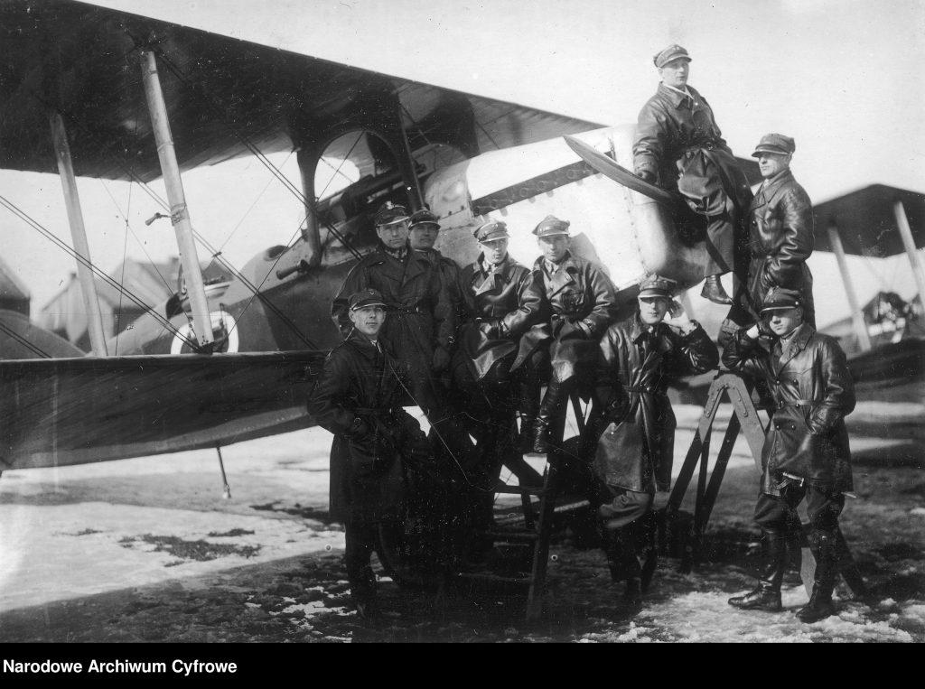 Grupa oficerów i podoficerów 6 pułku lotniczego przed samolotem Potez 15 - 2. z lewej por. Jan Schram
