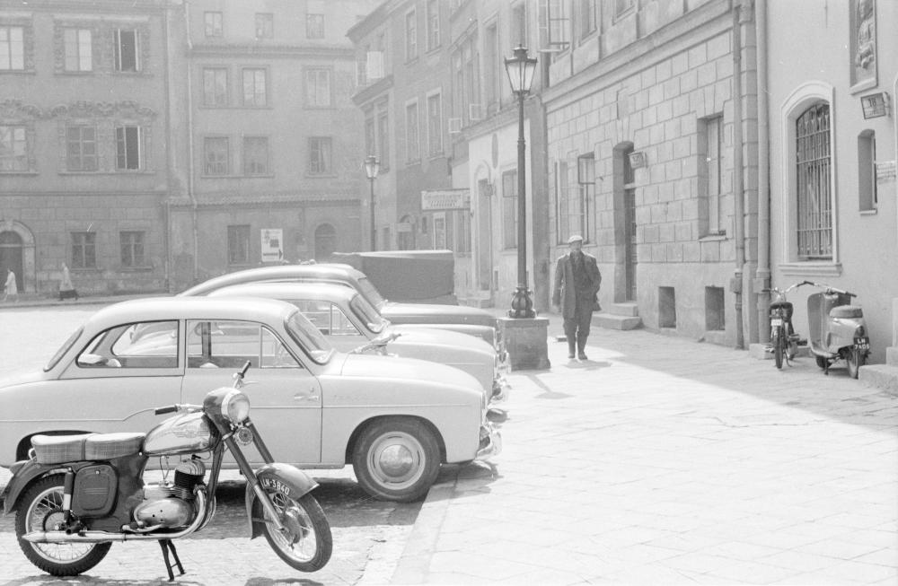 Motocykl i auta zaparkowane przy Rynku Starego Miasta w Lublinie