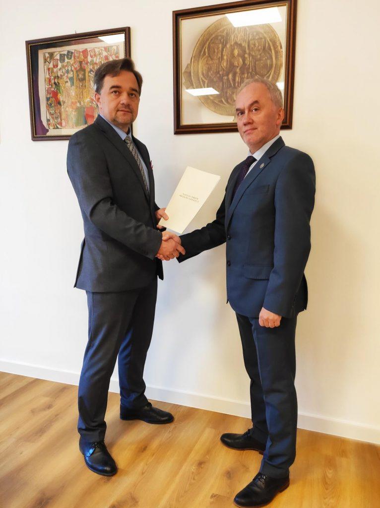 Naczelny Dyrektor Archiwów Państowych dr Paweł Pietrzyk (po lewej) i dyrektor Narodowego Archiwum Cyfrowego Piotr Zawilski